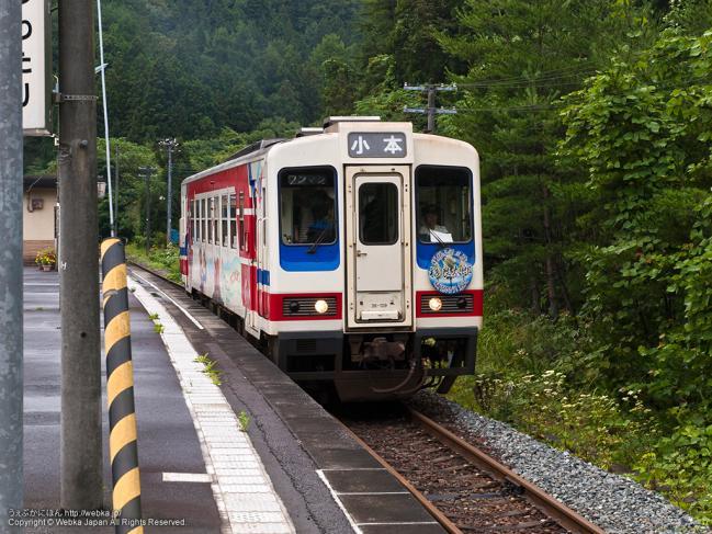 一の渡駅に停車する三陸鉄道北リアス線の列車