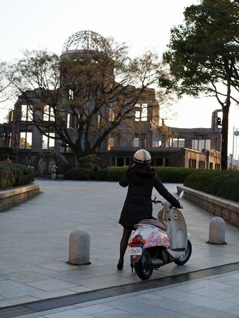ドームとバイク女性