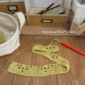 からし色の糸で方眼編み