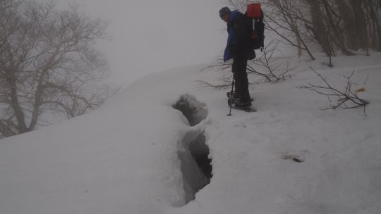 雪庇の割れ目