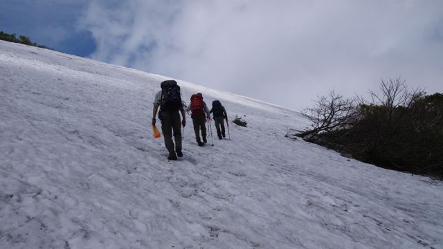 雪渓を行く