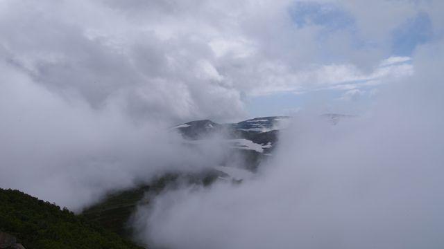 雷電は雲に隠れて