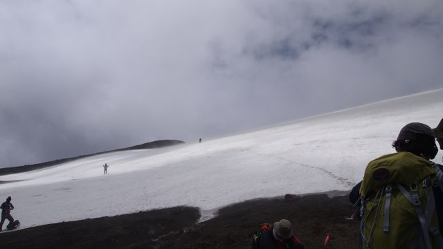 稜線手前の雪渓