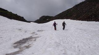 雪渓を下りる