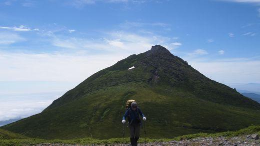羅臼岳をバックに登る
