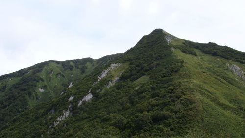 見上げる岩場