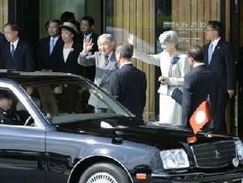 特別機で熊本入りし、熊本空港を出発される天皇、皇后両陛下=26日午後0時39分(小野宏明)