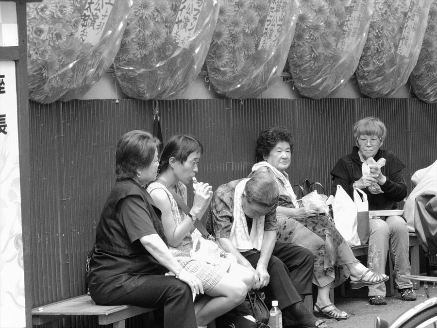 浅草情緒02演芸場の脇でまどろむ老婆たち02