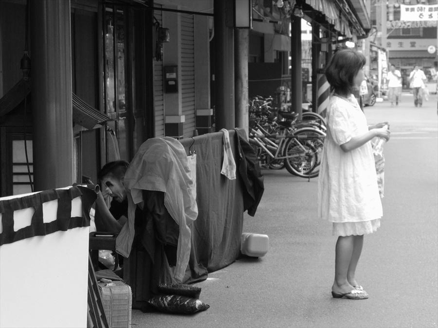 浅草情緒02道に立つ女と化粧直しをする大道芸人03