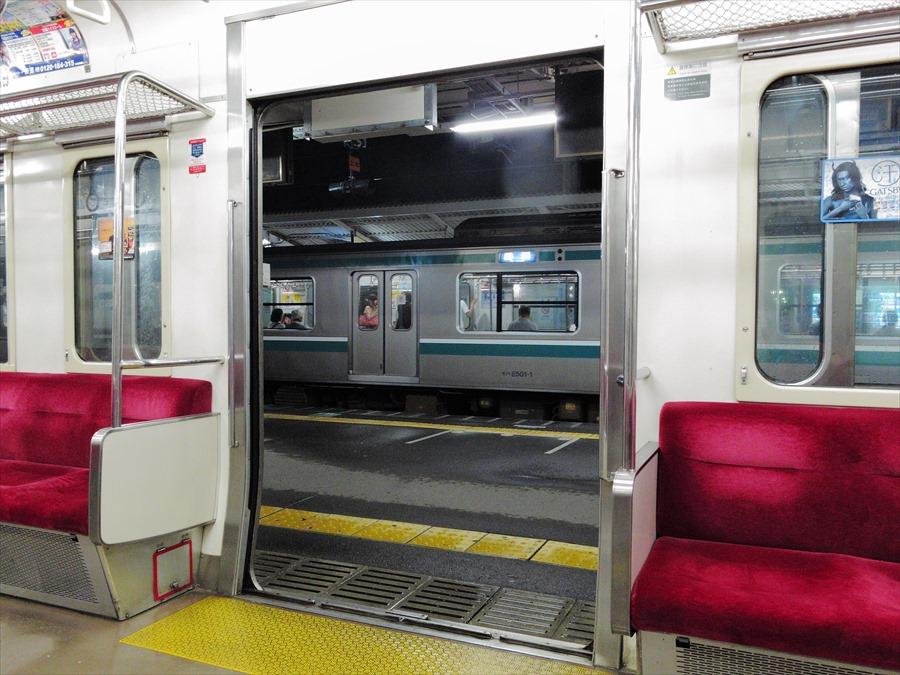 水戸線下館駅風景ドアを通して電車02