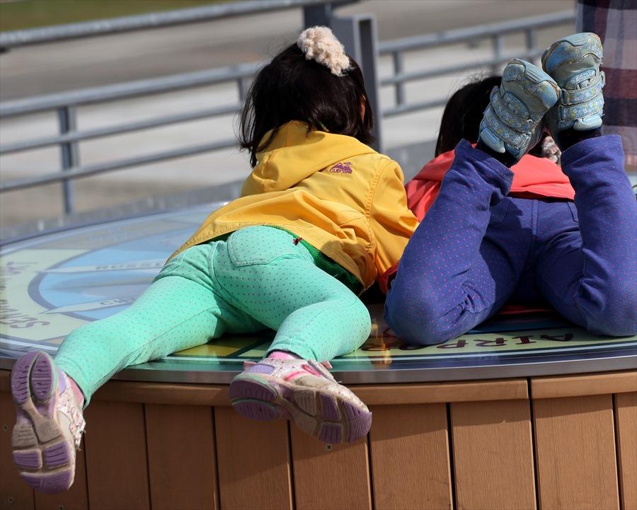 仙台空港撮影スナップデッキで寝転ぶ子供03
