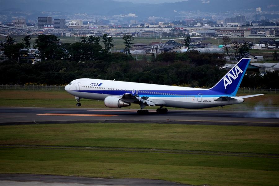 仙台空港撮影デッキ777着陸滑走04