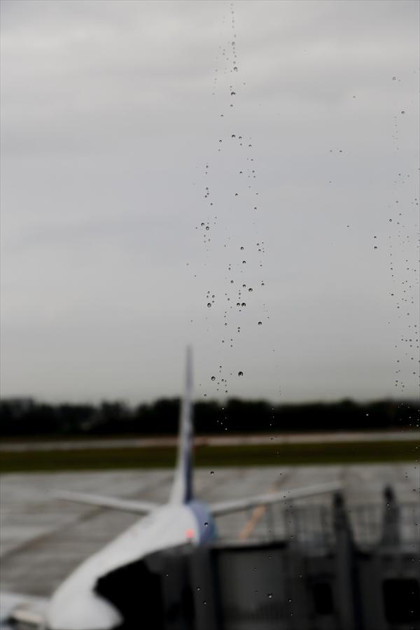 空港窓に雨つぶ03
