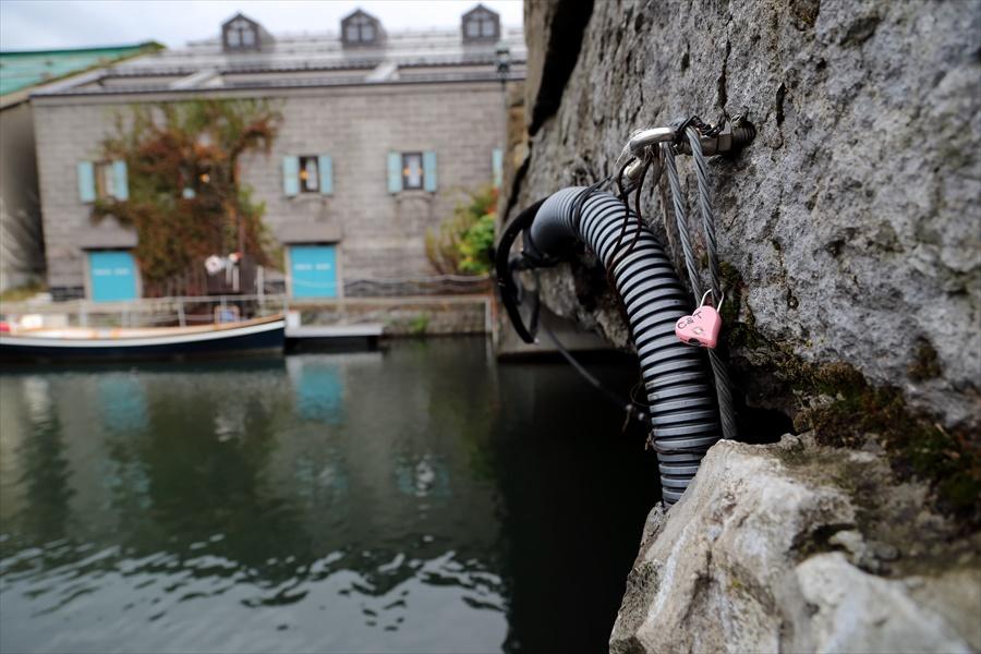 小樽運河02橋と運河とピンクの忘れ物06
