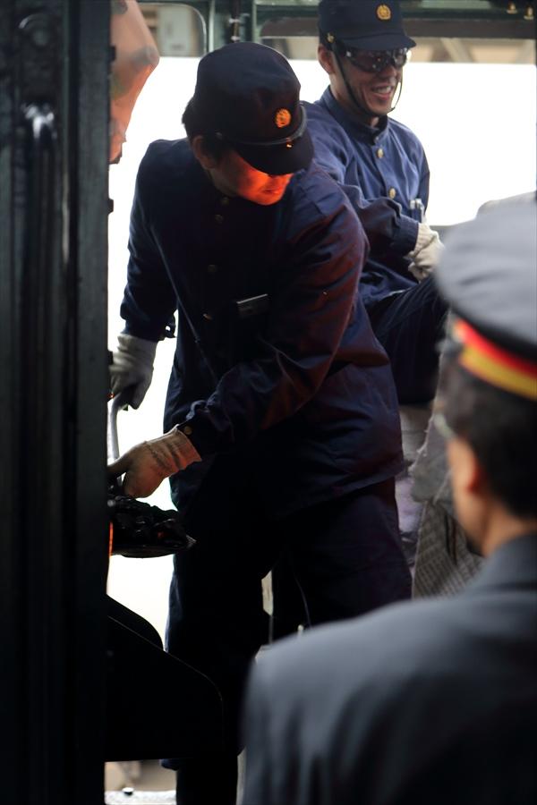 小樽駅SLニセコ乗務員石炭くべ04