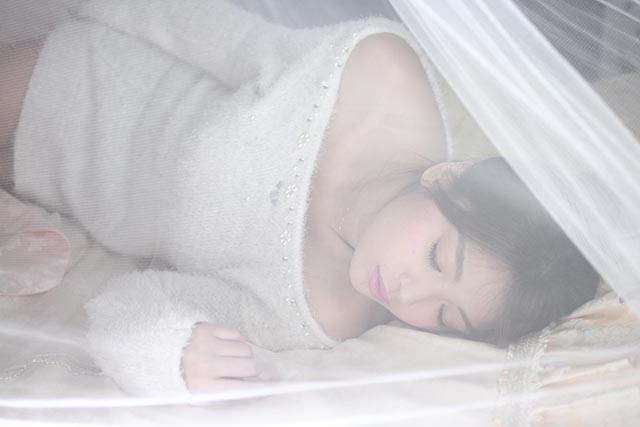 はづきょん・天蓋寝ポーズ1