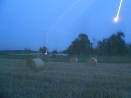 夕暮れの藁ボール畑