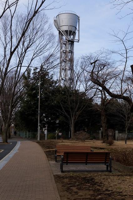 枯れ木と公団ひばりヶ丘団地給水塔