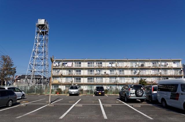神奈川県営鶴ヶ峰団地の給水塔と駐車場