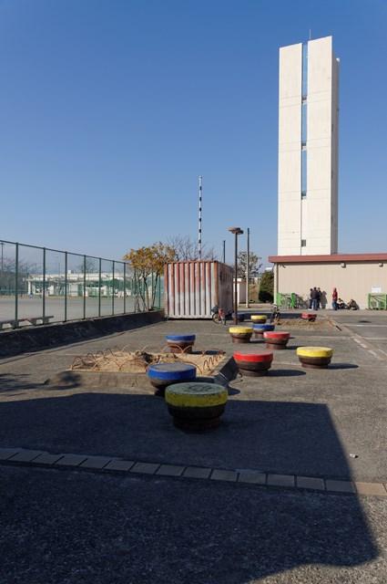 公団浜見平団地のじゃんけん台と給水塔
