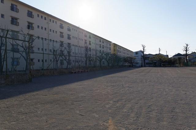 公団浜見平団地の広場と南入り住棟北側
