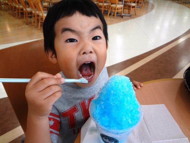 かき氷を食べる陸ちゃん1