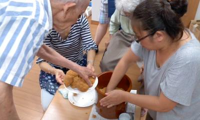 児童ディでおじいちゃん達と味噌作り