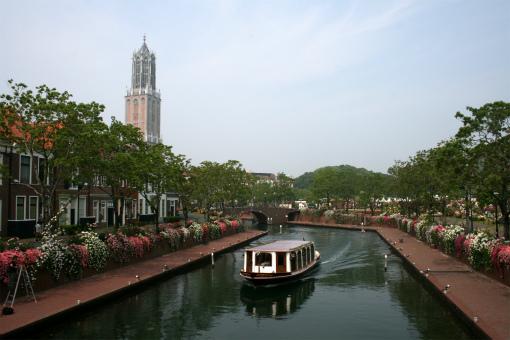 運河両岸のバラとクルーザー