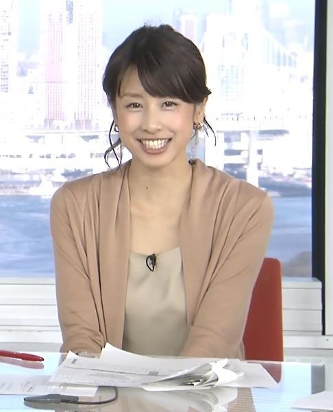 加藤綾子 胸元がゆるい服キャプ画像(エロ・アイコラ画像)
