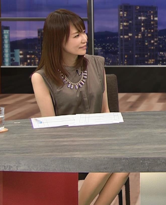石田紗英子 机の隙間から見えた美脚キャプ画像(エロ・アイコラ画像)
