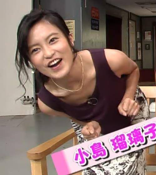 小島瑠璃子 前かがみ胸ちらキャプ画像(エロ・アイコラ画像)