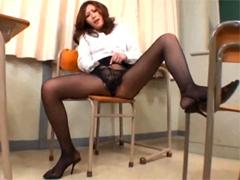 教室で淫語タップリオナニーを見せつける黒パンスト変態女教師
