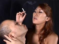 高身長痴女の臭い脇に顔を押し付けられタバコの煙と大量の唾を口に注がれ濃厚ベロ中手コキで抜かれる小男