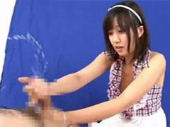 何も知らずに射精後もチンポをシゴき続け噴出す男潮にビックリの女の子2人!